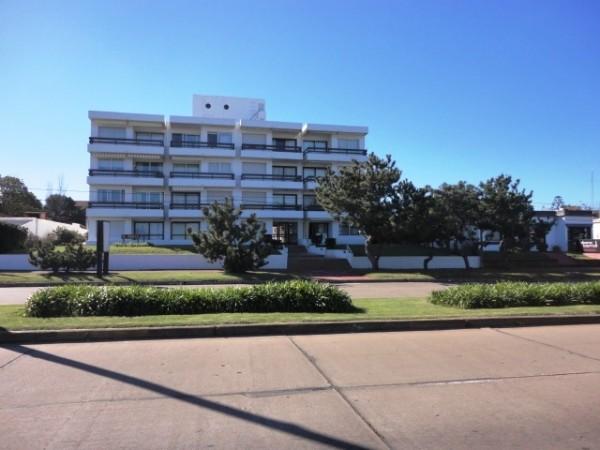 punta del este, mansa, edificio frente al mar, apto de 1 dormitorio con terraza. - dbp1377a